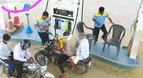 インド人もビックリ!バイクに給油中突然炎上