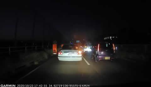 【煽り運転目撃】「入らせろや!」と車体が前後に揺れるシーマ