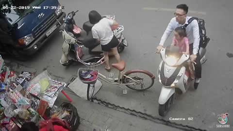 パパさん大失敗!娘共々スクーターでお店に突っ込む