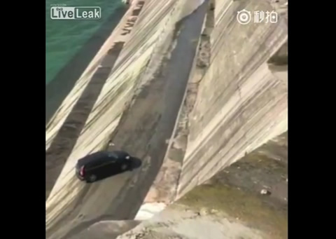 TOW TRUCK ON SLIPPERY ROAD SENDS BROKEN CAR INTO RIVER IN CHINA