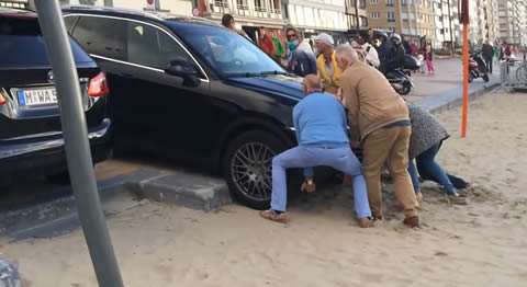 Porsche_Cayenne_Stuck_in_Sand