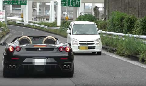 フェラーリもビックリ!大黒PA出口でしれっと逆走してくる軽自動車