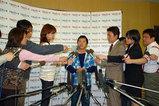 記者に質問を受ける田中