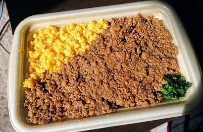 国産鶏のたっぷり鶏そぼろご飯1