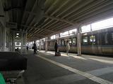 深川駅1番ホームのベンチに座って特急列車を眺める