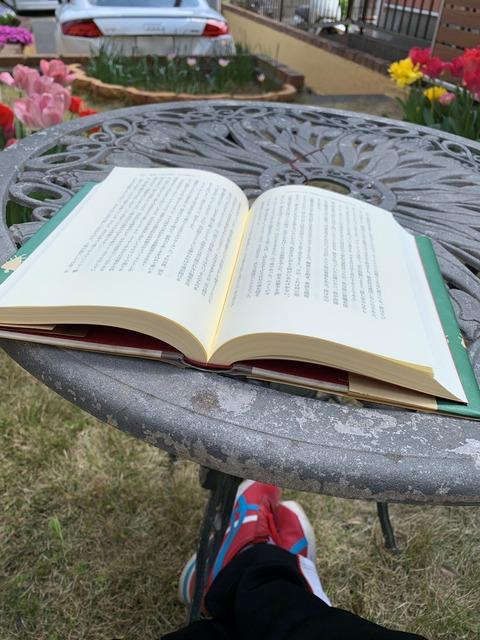 庭で読書 ちゅちゅポン-1