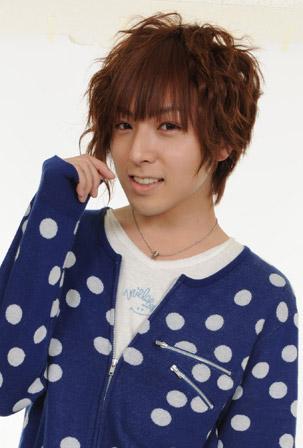 声優の蒼井翔太氏は女性ホルモンでも入れてるのかと思う顔だな。ヒゲも全くなさそうだし