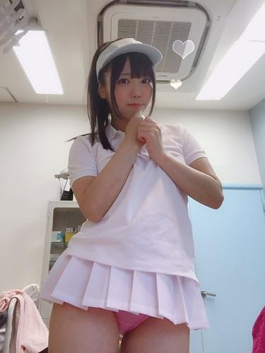 【画像】ミニスカ女さん、ミニすぎてパンツ丸見えになってしまう