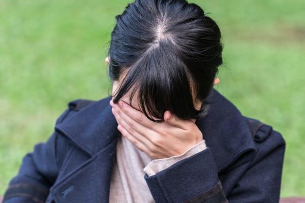 泣く女子学生