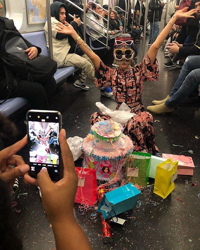 地下鉄で誕生日パーティー