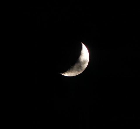 曇りの月-2