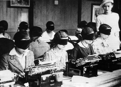 <超貴重!>1940ー1950年代に開催された目隠しタイピングコンテストの画像を発見!