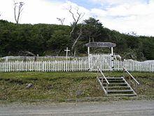 220px-Yahgan_cemetery_Mejillones_Navarino_Chile[2]