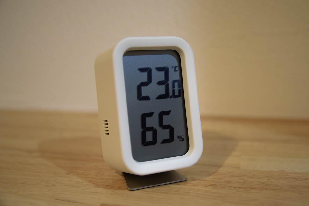 その一方で、あればあったで便利だった温度計と湿度計がなくなってしまいましたので、 こちらも同じシリーズモノで白マット仕上げとなる無印良品の温湿度計を。