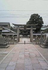 清明神社。中には有名人のサインがずらり。