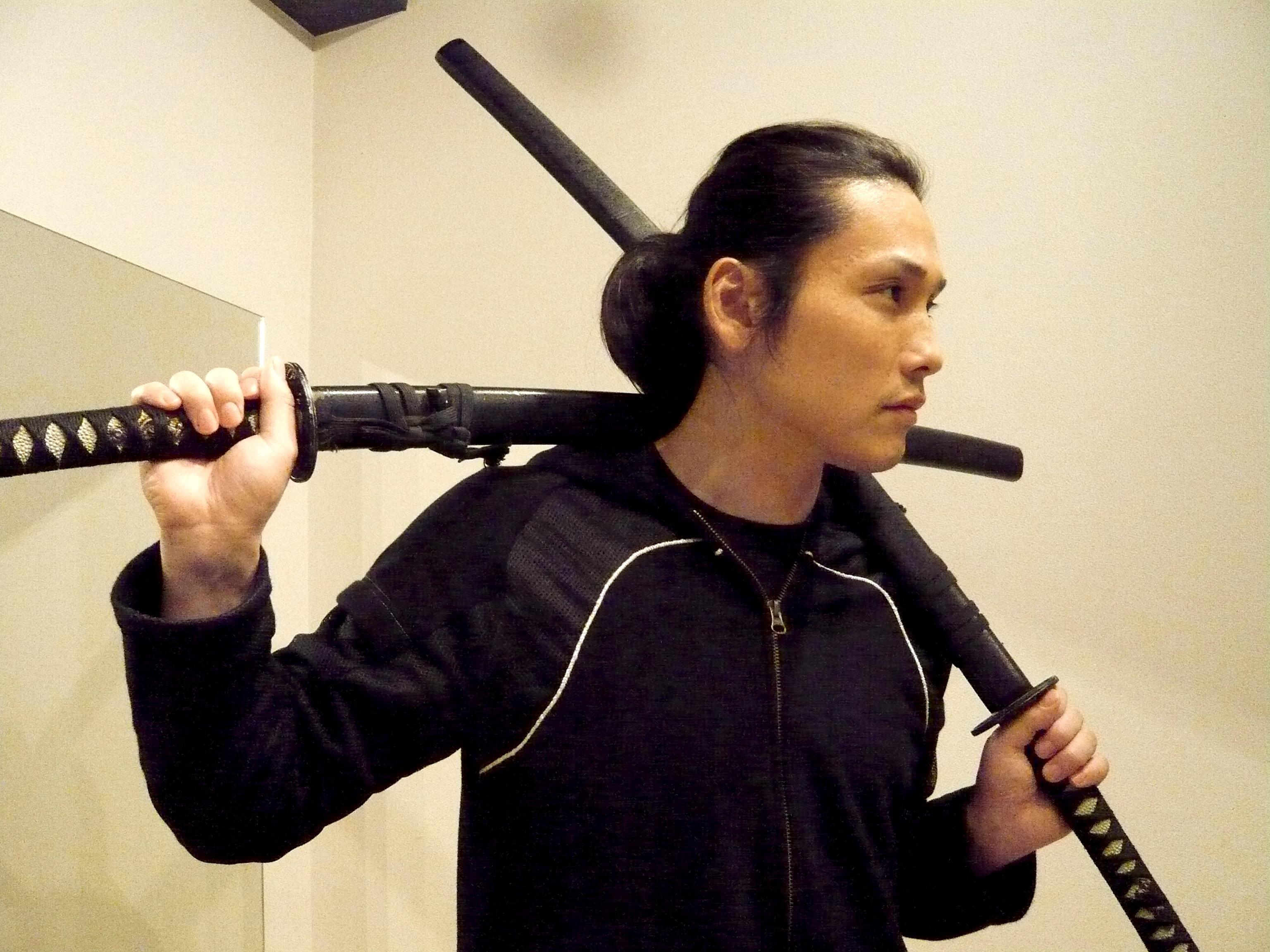 日本刀を肩に乗せる坂口拓 画像