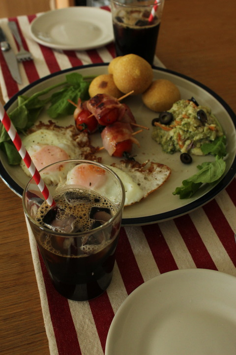 EggSunny-SideUp CherryTomatoWithBacon CorianderPotatoSalad RocketSalad Bread IceCoffee
