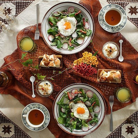 Breakfast : Egg Sunny-SideUp, Bacon, Green Salad, Bread, Yogurt, Apple Juice, Tea