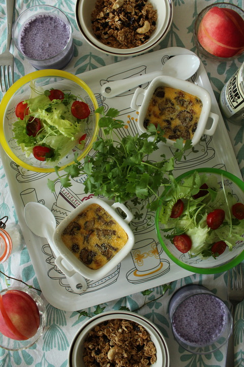 Breakfast : Mushroom&Sausage Cocotte, Green Salad, Granola, Peach, Blueberry Milk