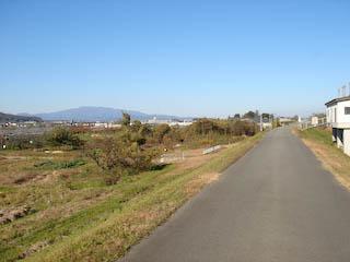 須川堤防沿いの道