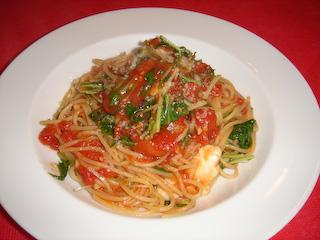 モッツァレラチーズとトマトのスパゲティ