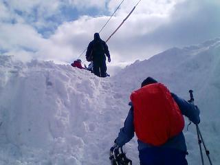出発〜雪の壁を登る