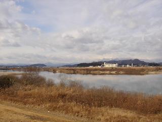 阿武隈川から柴田町を望む