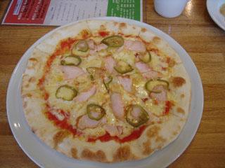 スモークチキンとハラペーニョのピザ
