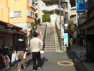 商店街から寮への道