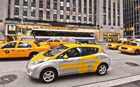 2013-Nissan-Leaf-taxi-with-Ford-Crown-Victoria-cabs