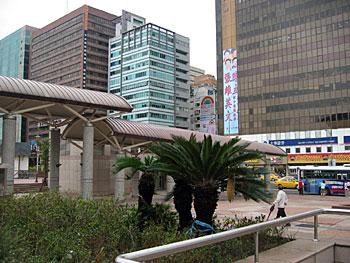 台北駅前より、忠孝西路をのぞむ