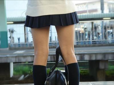 駅のホームで電車を待つJKの生脚つい見とれちゃうエロ画像