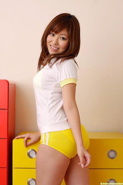 黄色いブルマを履いたJKのおしりのエロ画像