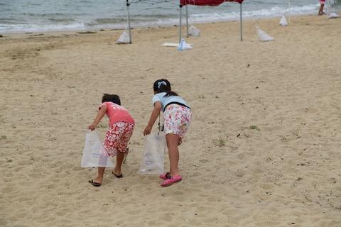ウミガメ隊_ゴミ拾い_2014-08-31 07-29-06