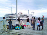 御蔵島にて朝船を待つ
