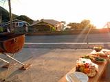 御蔵島の夕暮れ時にBBQ準備中