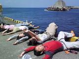 御蔵島港でゴロ寝
