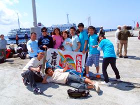 御蔵島港にて集合写真