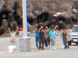 御蔵島で手を振る人々