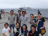 御蔵島港で記念撮影