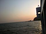 朝焼けに染まる御蔵島港