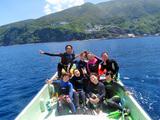 御蔵島をバックに記念撮影