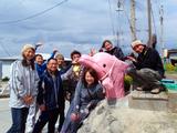 ピンクイルカと記念撮影