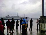 御蔵島・東海汽船接岸作業中