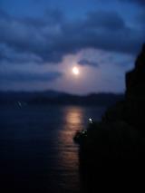 月明かりの中となりの磯では釣り開始?