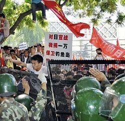 北京の日本大使館前でバリケードを乗り越えようと・・・[2012/09/15]