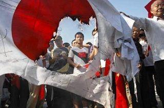 湖北省武漢市で燃やした日の丸を手にする反日デモの参加者[2012/09/16]