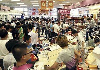 山東省青島で日系のショッピングセンターを破壊する反日デモ[2012/09/15]