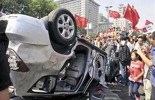 陝西省西安で破壊された日本車を囲む反日デモ参加者[2012/09/15]