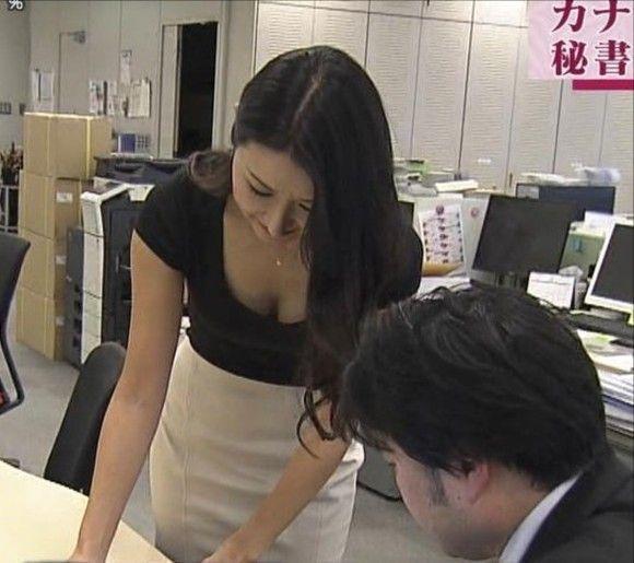 職場で見えた美人同僚の胸チラなど今週のお宝